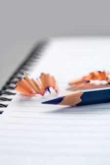 Lápis de cor azul no caderno closeup