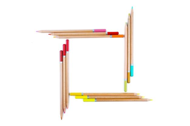 Lápis de cor brilhante são fechados em um quadrado.