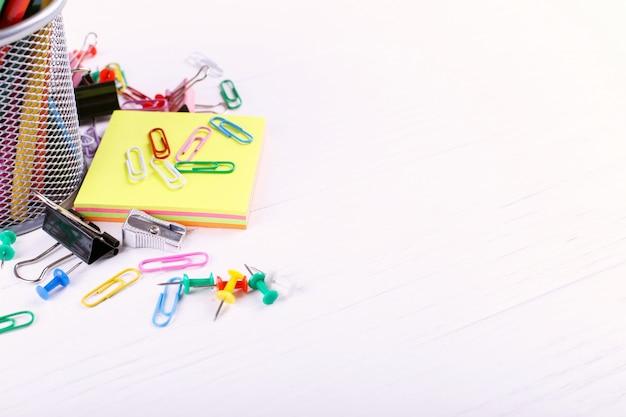 Lápis de cor, clipes de papel e alfinetes, material escolar para desenho, copie o espaço.