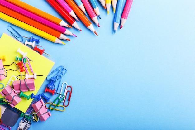 Lápis de cor, clipes de papel e alfinetes, material escolar