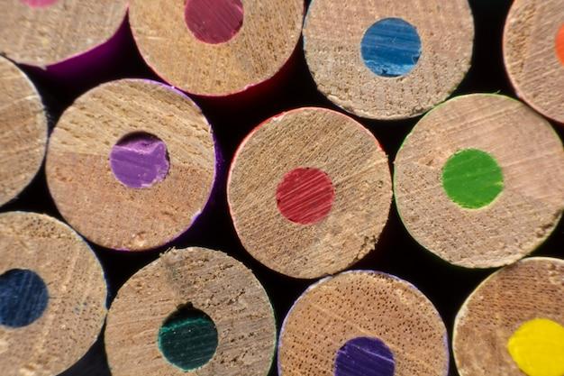 Lápis de cor close-up mostrando cores diferentes