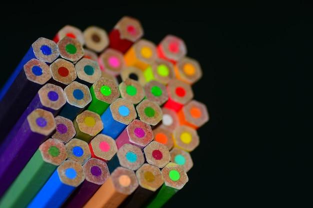Lápis de cor com afiado no quadro