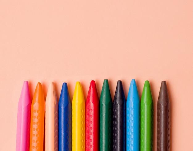Lápis de cor de diferentes cores.