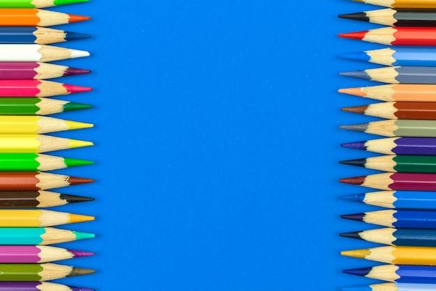 Lápis de cor de fundo da borda, composição de borda dupla face de pecnils de cor escolar nítida, espaço de cópia, foto de vista superior