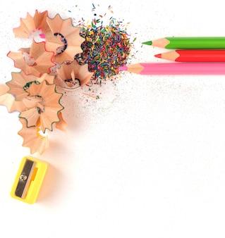 Lápis de cor e apontador isolados no branco