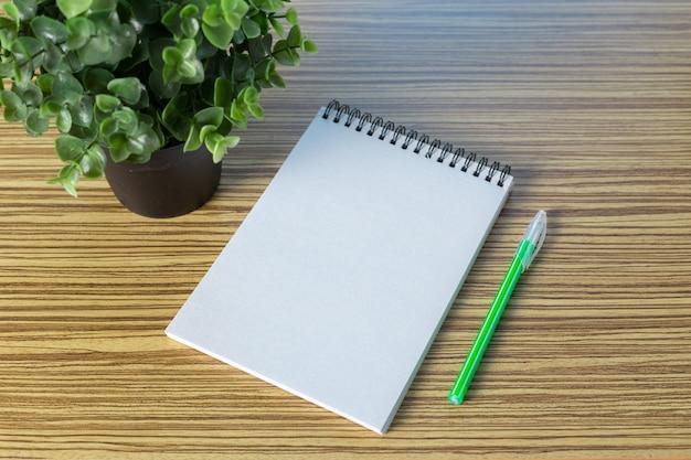 Lápis de cor e caderno em uma tabela