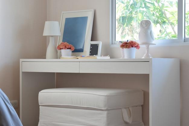 Lápis de cor e caderno na mesa de madeira no quarto dos miúdos