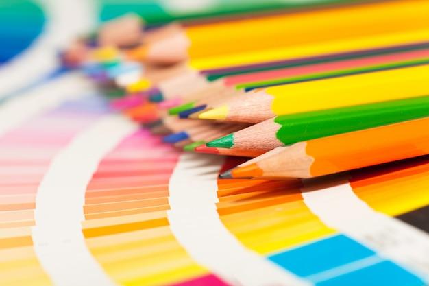 Lápis de cor e cartela de cores de todas as cores