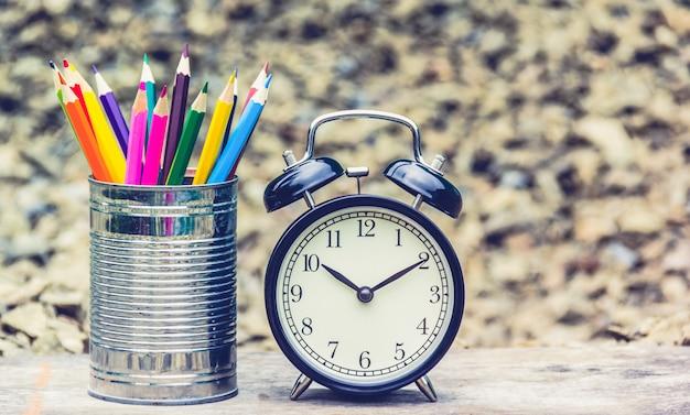 Lápis de cor e despertador.
