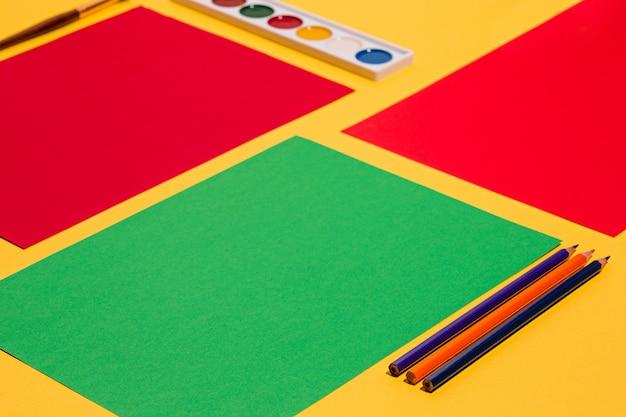 Lápis de cor e folhas de papel colorido