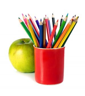 Lápis de cor e maçã verde