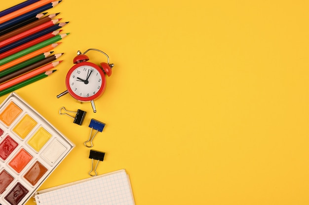 Lápis de cor e paleta de tintas na horizontal. foto de alta qualidade