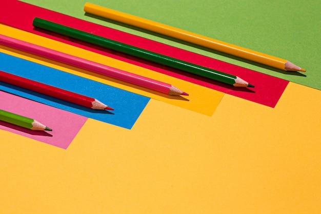 Lápis de cor e papel colorido