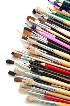 Lápis de cor e pincéis isolados