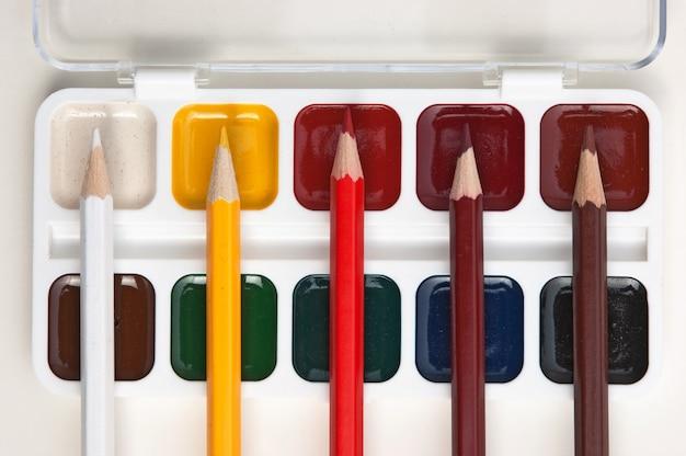 Lápis de cor e tintas aquarela