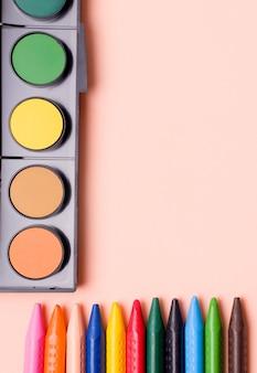 Lápis de cor e tintas de várias cores. conceito de desenho.