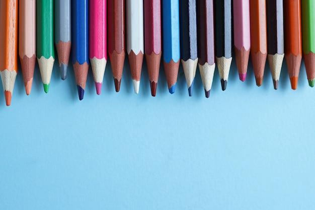 Lápis de cor em azul