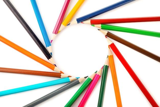 Lápis de cor em forma de círculo isolado no branco