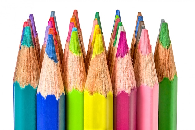 Lápis de cor em fundo branco. fechar-se
