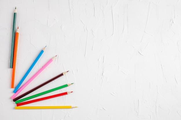 Lápis de cor em fundo branco