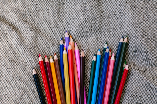 Lápis de cor em fundo cinza