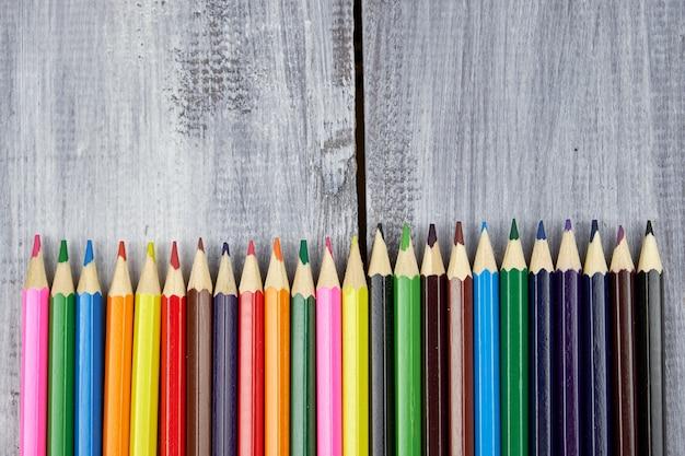 Lápis de cor em madeira cinza