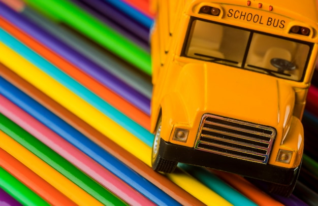 Lápis de cor em material escolar amarelo ônibus escolar
