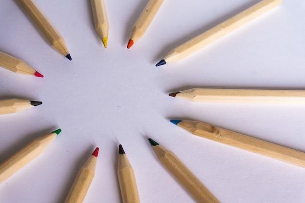 Lápis de cor em papel branco