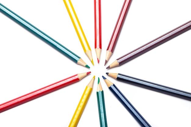Lápis de cor em um círculo em um branco material de escritório. desenho infantil. olá escola. fundo branco