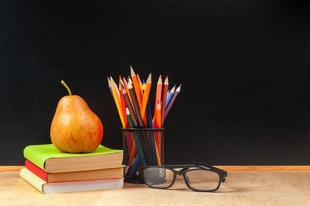 Lápis de cor em um copo com fundo de madeira