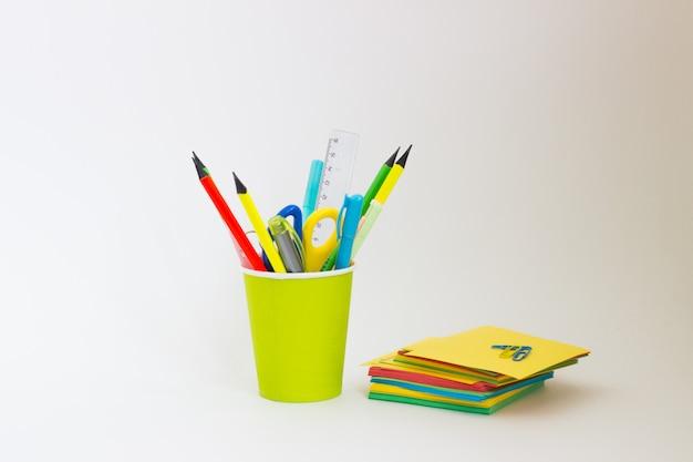 Lápis de cor em um copo