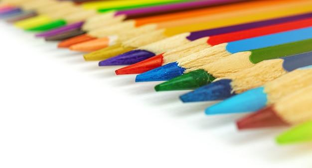 Lápis de cor em um fundo branco macro fotografia com lápis afiados
