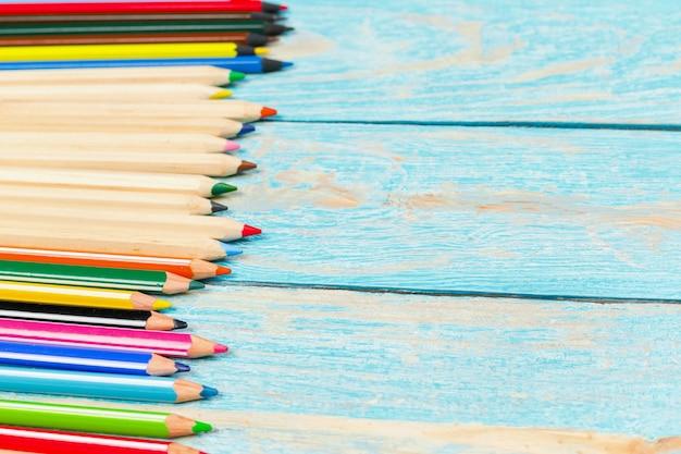 Lápis de cor em uma placa de madeira