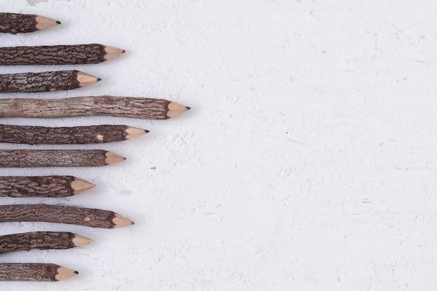 Lápis de cor feitos de madeira natural