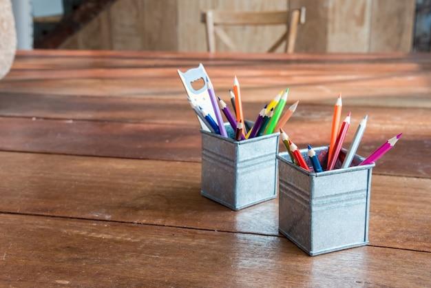 Lápis de cor, giz de cera na panela de ferro com régua