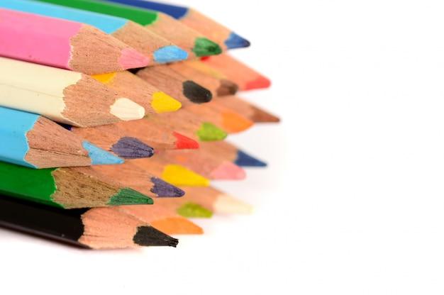 Lápis de cor isolados perto acima