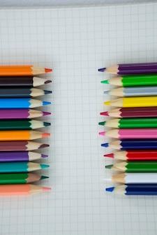 Lápis de cor mantidos no livro