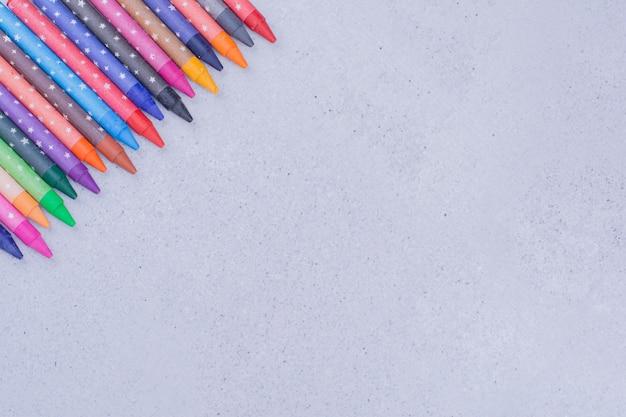 Lápis de cor multicolor em formas geométricas decorativas