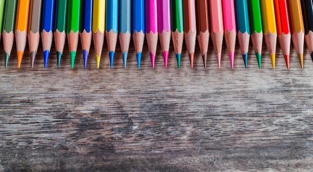 Lápis de cor na mesa de madeira e espaço para texto ou imagem