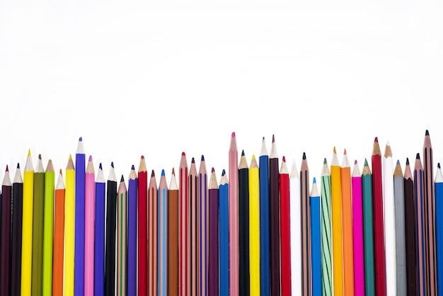 Lápis de cor na mesa.