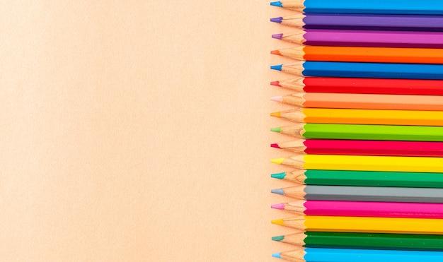 Lápis de cor na superfície bege