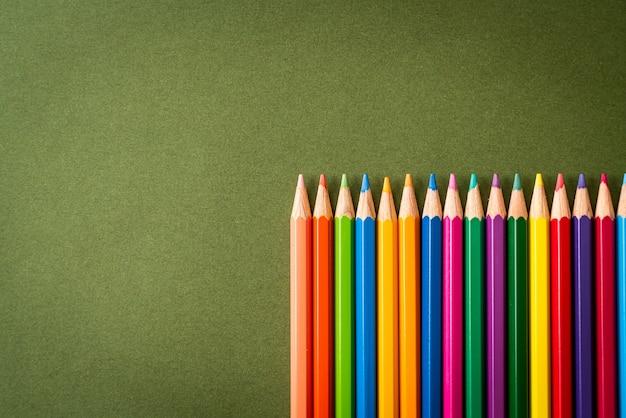 Lápis de cor na superfície verde