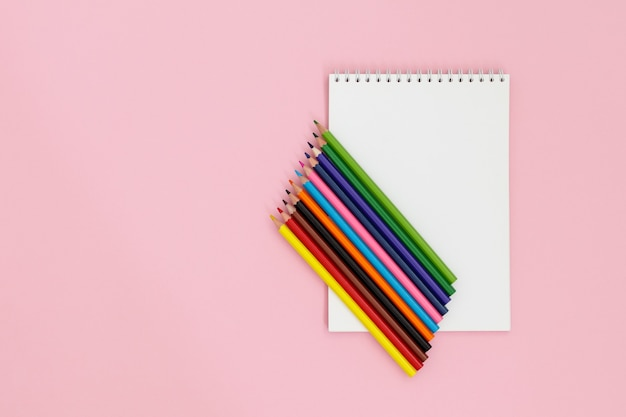 Lápis de cor no caderno