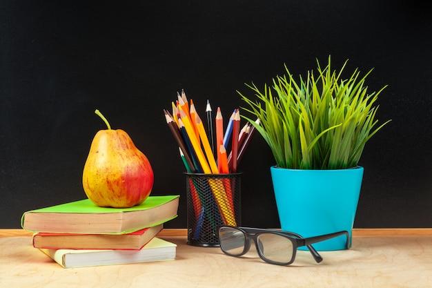 Lápis de cor no copo na madeira