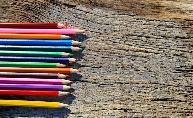 Lápis de cor no fundo de madeira