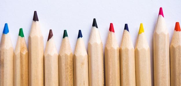 Lápis de cor no fundo do papel branco. espaço de cópia.