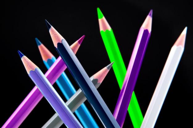 Lápis de cor para desenhar em fundo escuro. educação e criatividade. lazer e arte