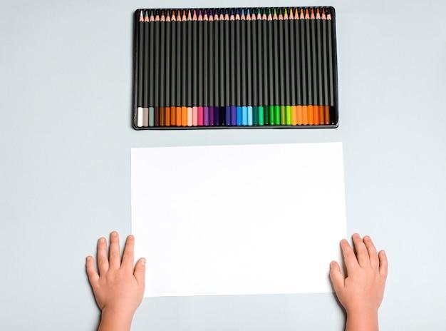 Lápis de cor para desenhar em uma caixa