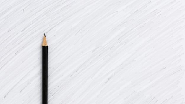 Lápis de cor preta de desenho sobre um fundo branco