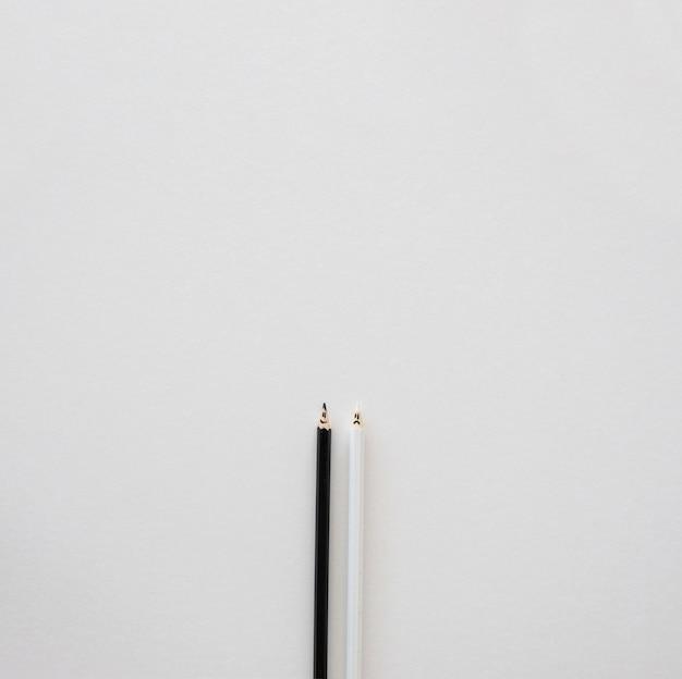 Lápis de cor preto e branco para o espaço da cópia